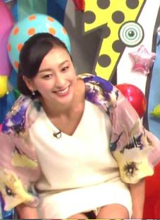 浅田舞の陰毛が透けて見えるパンチラ放送事故エロ画像1