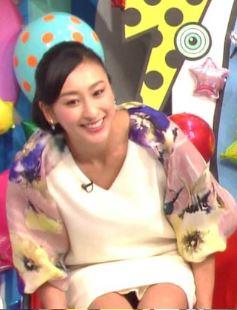 浅田舞の陰毛が透けて見えるパンチラ放送事故エロ画像3