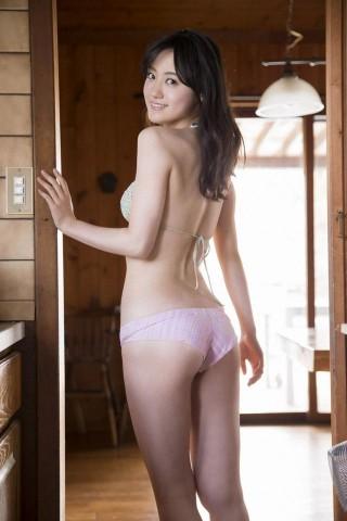 小林麗菜アナウンサーの水着画像
