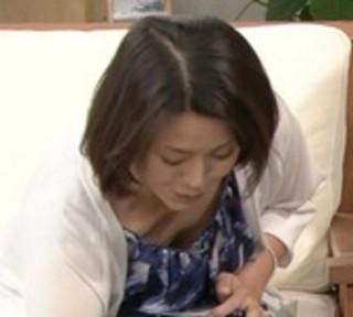 進藤晶子おっぱいの谷間胸チラリ放送事故エロお宝画像