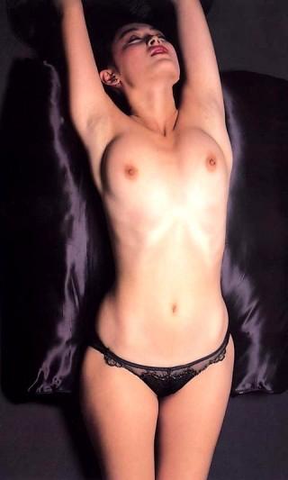 高倉美貴おまんこ丸出しおっぱい見せつけ全裸過激ヌードエロお宝画像!
