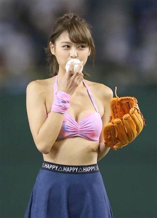 松元絵里花ピンクのビキニでパンチラ始球式画像3