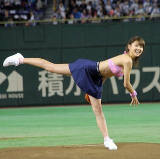 松元絵里花ピンクのビキニでパンチラ始球式画像9